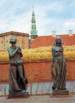 Скульптура Гамлета и Офелии у замка Кронборг