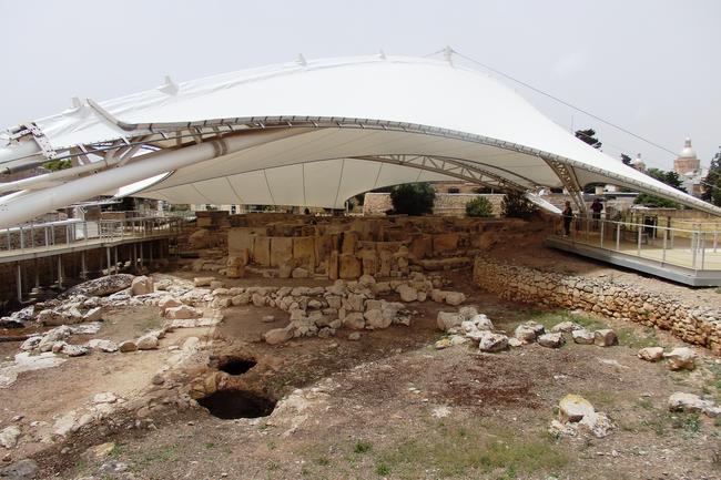 Навес над руинами храмов в Таршине