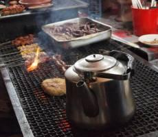 Чай кипит, колбаски жарятся