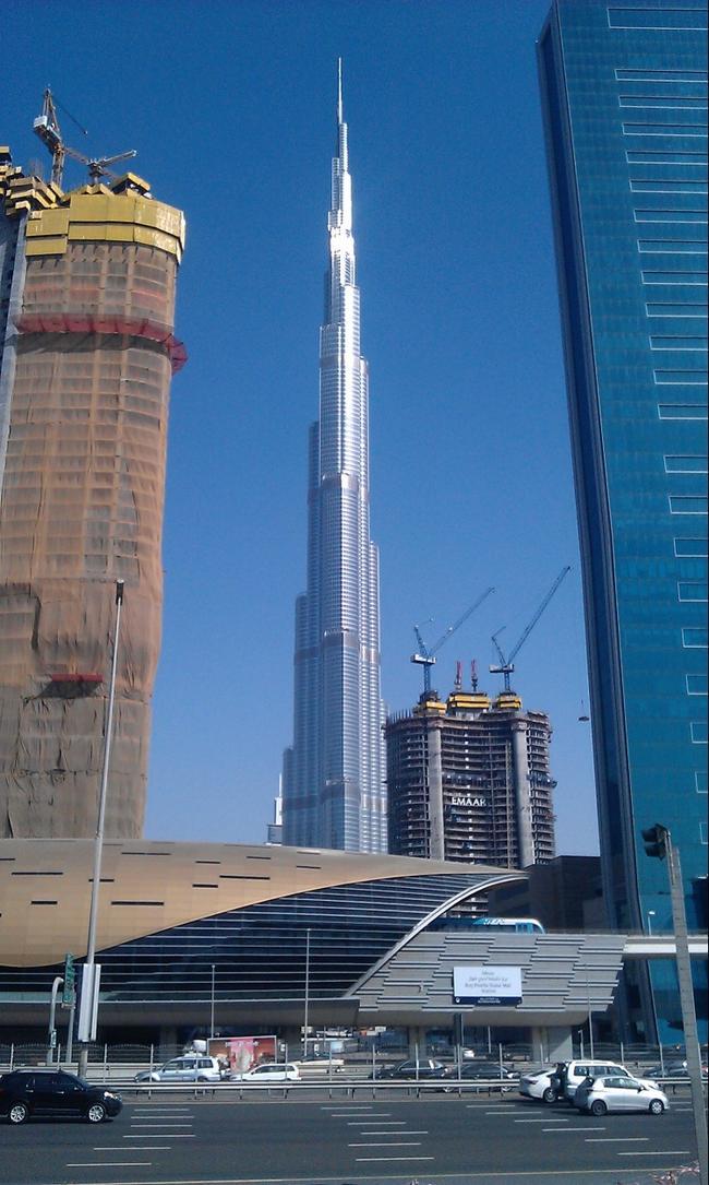 Дубай. Бурдж Халифа - небоскрёб высотой 828 метров. Апрель 2016.
