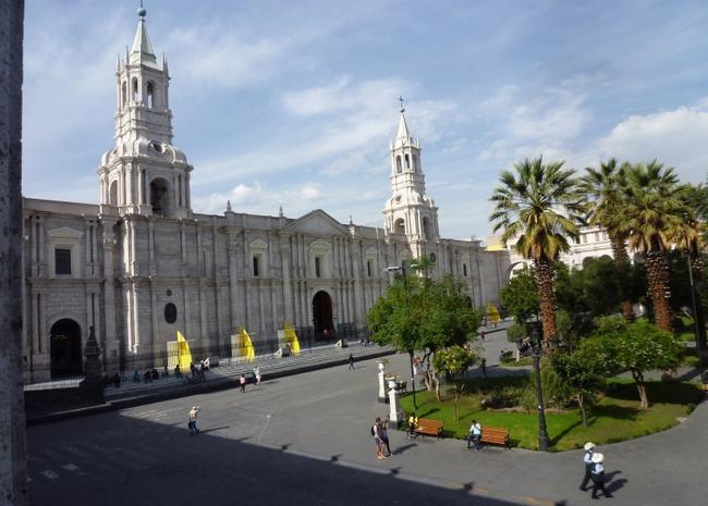 вид на собор на центральной площади