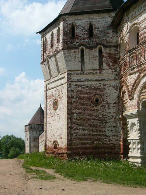 Стена Борисоглебского монастыря.