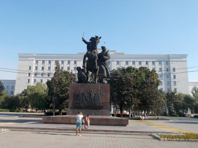 Памятник героям Гражданской воины  у здания Администрации Ростовской области