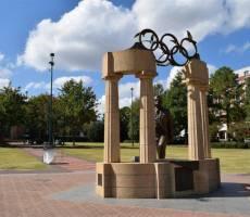 Статуя отца современного олимпийского движения, Пьера де Кубертена.