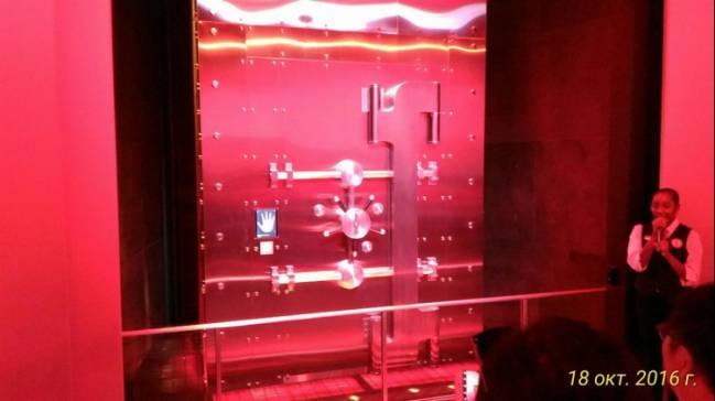 Дверь сейфа, за которой хранится формула напитка