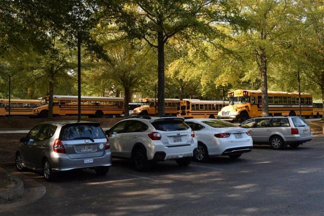 Школьные автобусы на стоянке перед Музеем