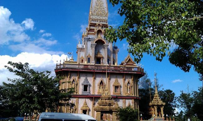 Монастырь Ват Чалонг. Ступа Пхра Махатхат.