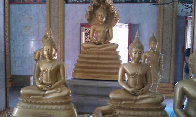 В монастыре Ват Чалонг.