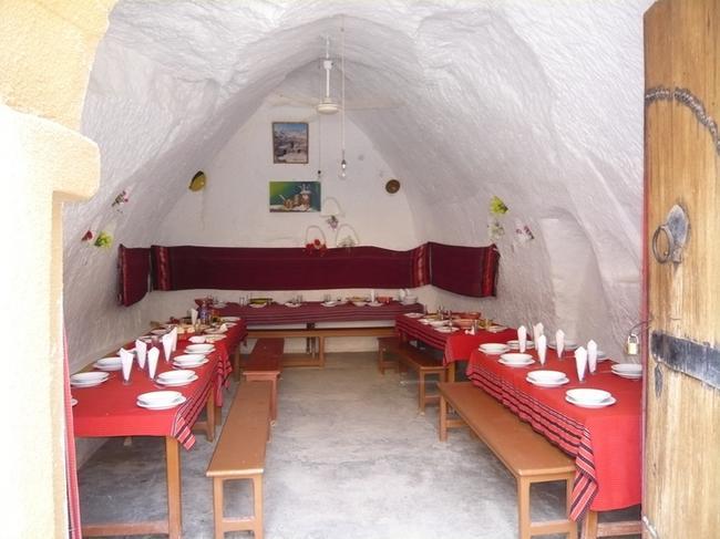 Ресторан в пещерной гостинице в Новой Матмате