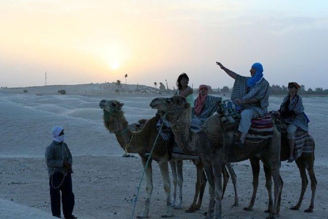 Верблюжья прогулка катилась к закату