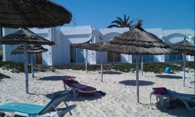 Сусс. Бунгало отеля Таласса, расположенные на пляже. Октябрь 2016.