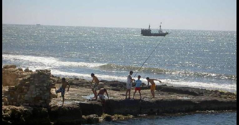 Махдия, форт - мальчишки на рыбалке