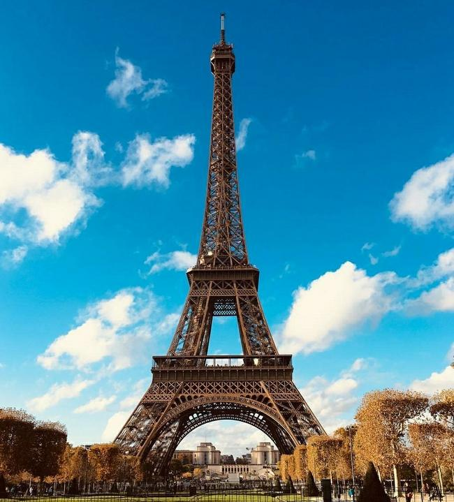 Эйфелева башня днем