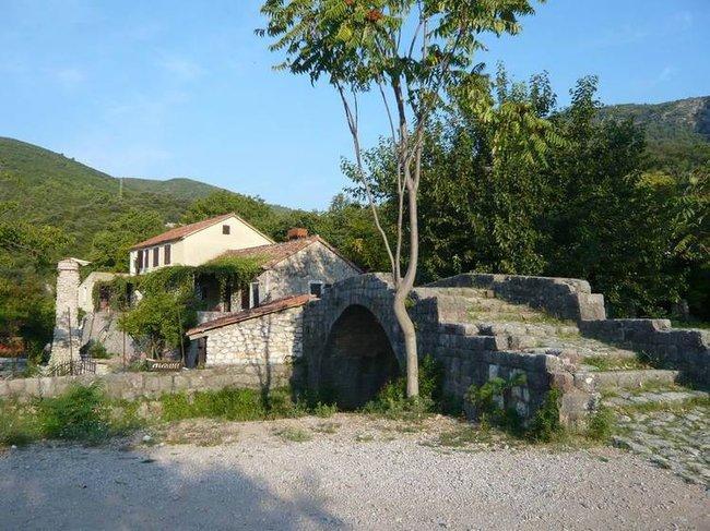 Будва. Каменный мост у монастыря Подмаине