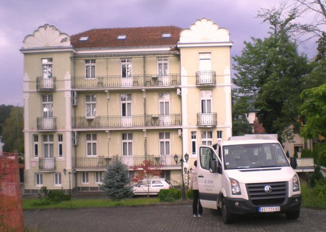 """Отель """"CasaBlanca"""" и наш микроавтобус"""