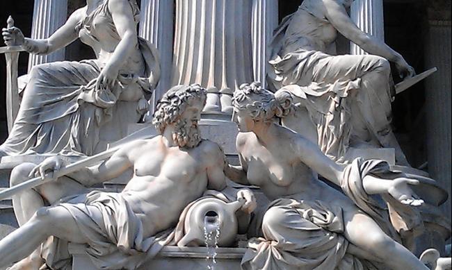 Вена. Скульптурная композиция перед парламентом.