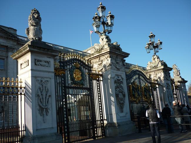 У дворца