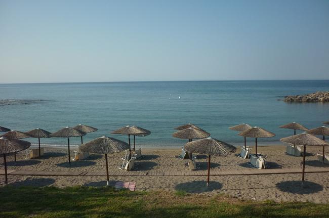 Вид на пляж из-за столика ресторана
