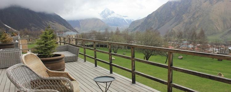 Вид с террасы отеля Rooms Kazbegi
