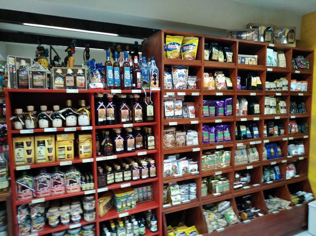 Полка в русском магазине с мамахуаной, кофе и какао