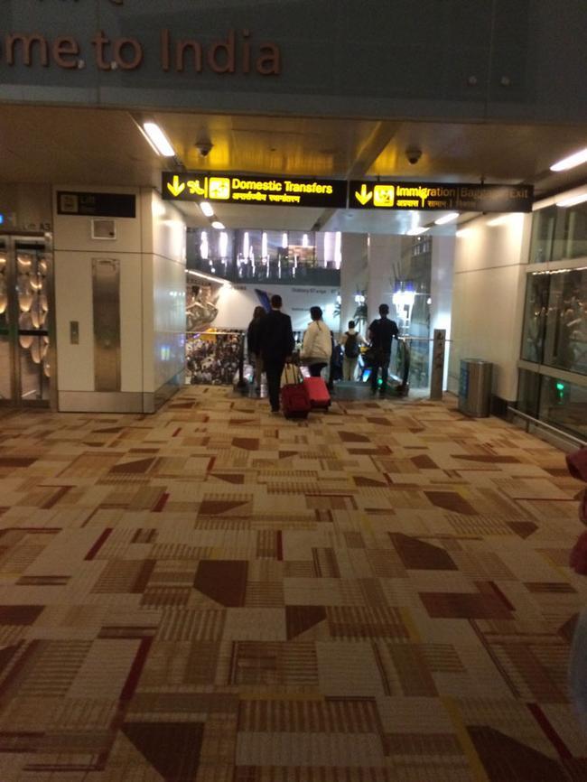Аэропорт в Дели (на подходе к паспортному контролю)