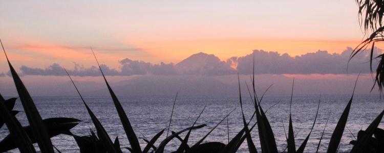 Вулкан на Бали (вид с отельного пляжа)