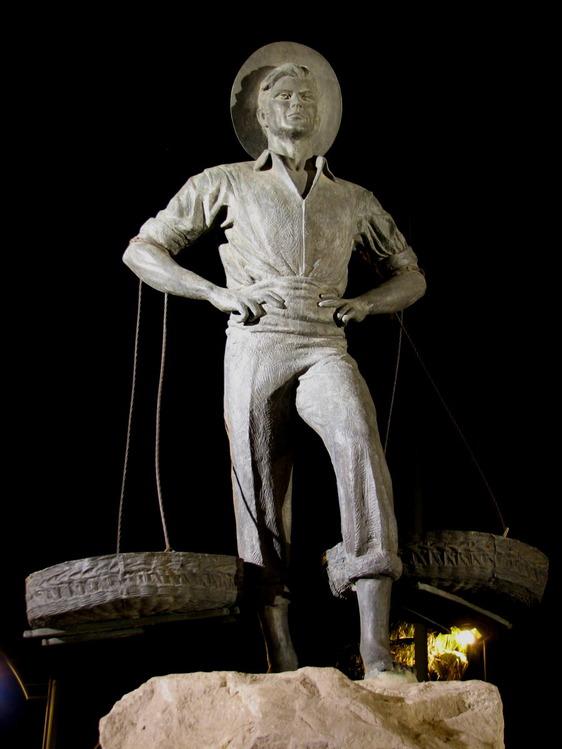 Памятник торговцу рыбой