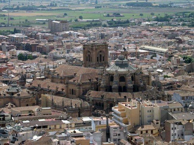 Кафедральный собор Гранады парит над городом