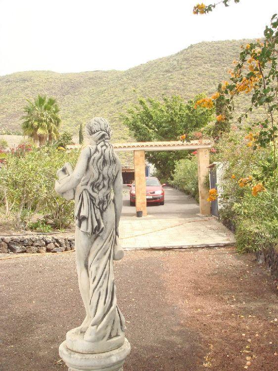 Частный парк со скульптурами