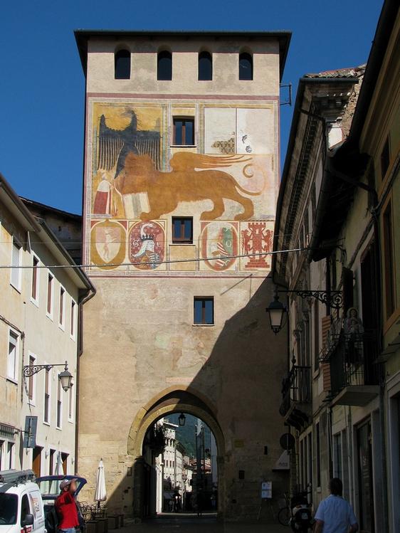 башня у центральной части города.