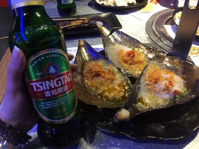 Отличное светлое пиво Циндао и мидии (вроде бы) в ресторане северно-китайской кухни BBQ