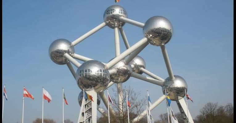Модель атома на площади возле парка