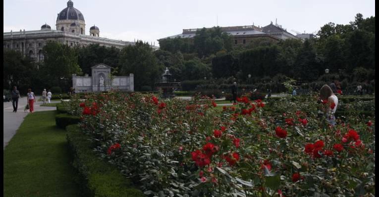 Розы, фонтаны и зелень
