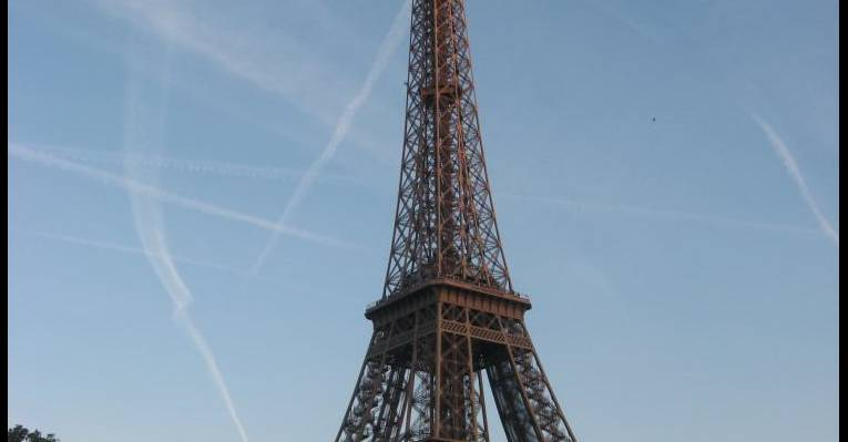 вид башни с реки Сены