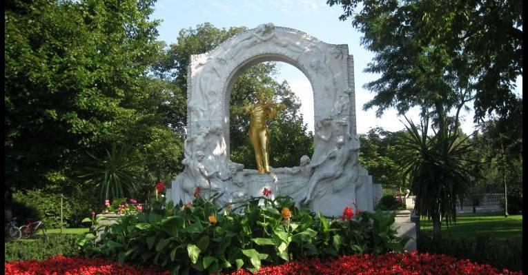 Знаменитая статуя Иоганна Штрауса