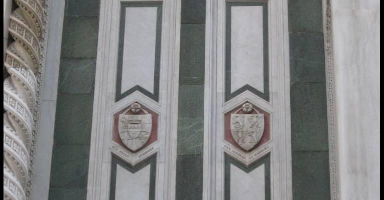 Слева герб, посвященный меценату Демидову
