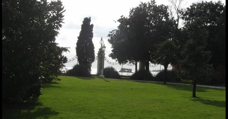Парк, на заднем плане Босфор