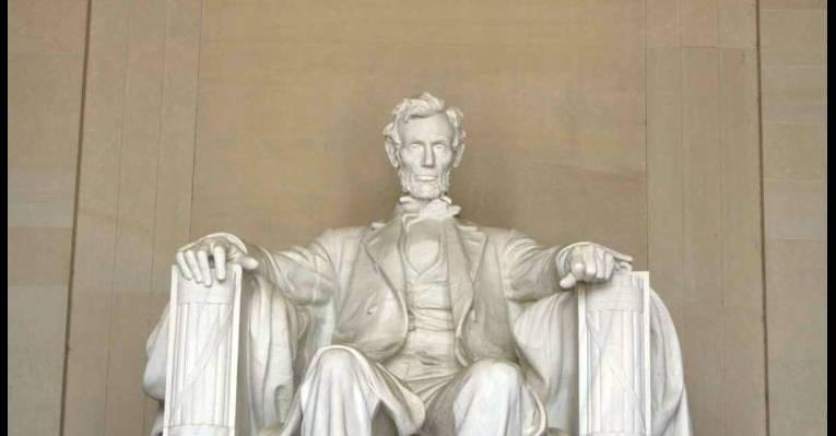 Статуя сидящего Линкольна