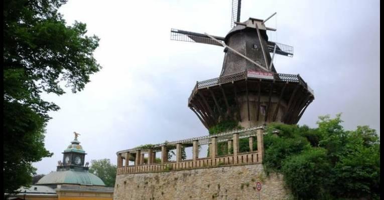 Историческая ветряная мельница в парке Сан-Суси. Потсдам