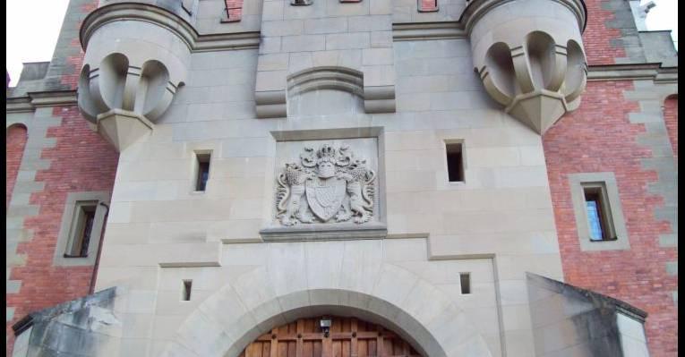 Герб на замке