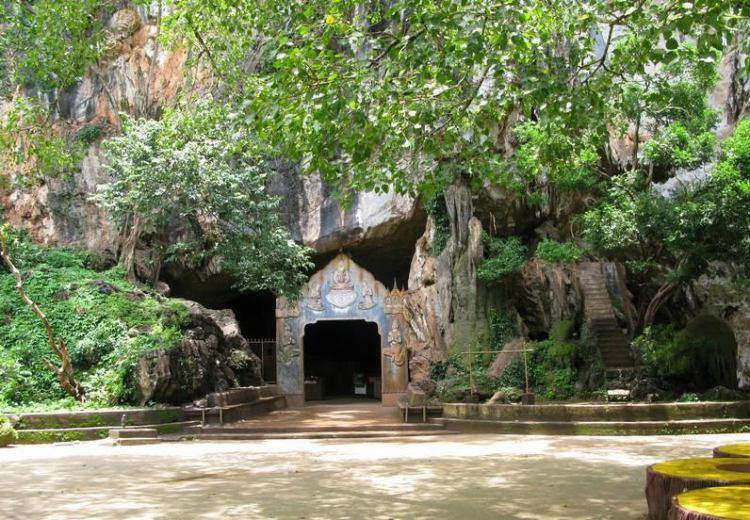 Стены и своды пещеры красиво подсвечены