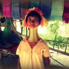 Деревня длинношеих женщин Бан Нам Пиаг Дин