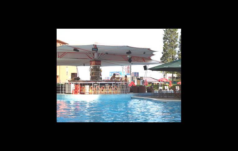 Бассейн и бар у бассейна