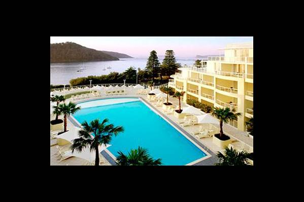 Здание отеля и бассейн