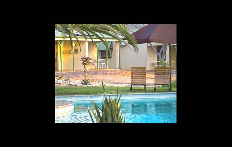 Бунгало и бассейн
