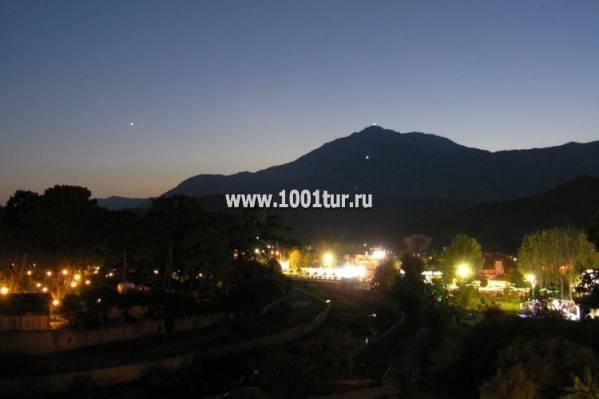 Вид на горы с балкона ночью