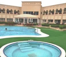 Здания отеля и бассейны