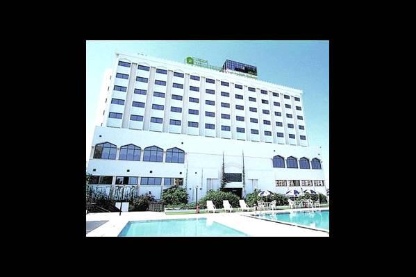 Здание отеля и бассейны