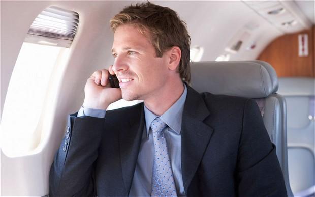 Великобритания: Каждый пятый пассажир не соблюдает правила пользования мобильным телефоном на борту самолёта
