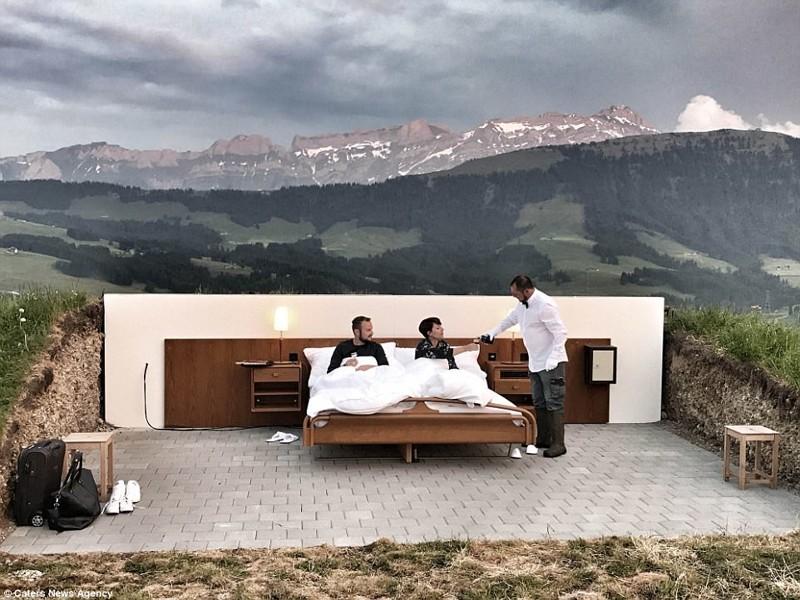 Отель 0 звезд открылся в Швейцарии. Гости живут прямо на улице
